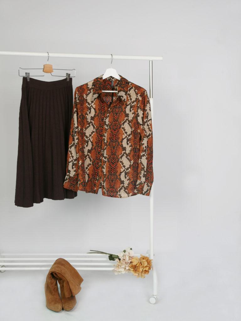 Falda midi plisada con camisa snake